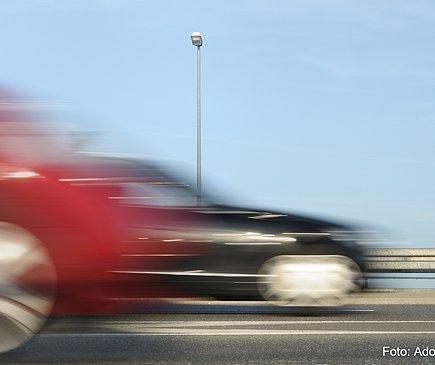 Raser überholt Autos.