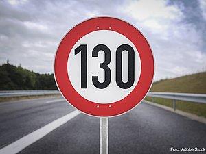 Ein 130 km/h-Schild als Grafik vor einer Autobahn