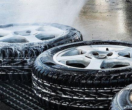 Zwei Reifen liegen flach nebeneinander auf dem Boden. An ihnen perlt Seife und Wasser herunter. Foto: Pixabay