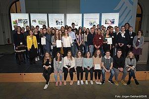 Viele Jugendliche auf einem Gruppenfoto