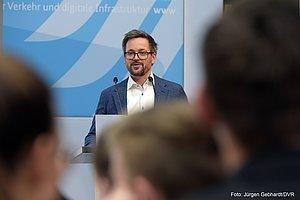 Ein Mann spricht hinter einem Rednerpult