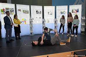 Jugendliche zeigen auf einer Bühne die stabile Seitenlage
