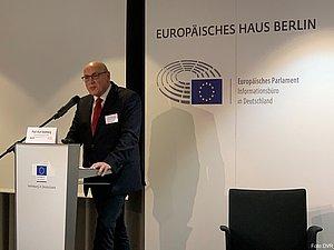 Prof. Kurt Bodewig (Präsident der Deutschen Verkehrswacht) steht auf dem Podium hinter einem Rednerpult. Er spricht in ein Mikrofon, das am Pult befestigt ist.